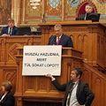 Táblával illusztrálta Hadházy Ákos a miniszterelnök beszédét