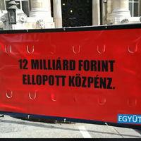 3 óriásplakát Polt Péter hivatalával szemben