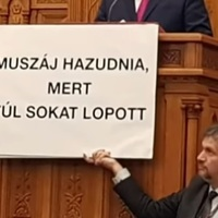 A világ összeomolhat, de a Fidesz akkor is vaskövetkezetességgel ragaszkodik legfőbb politikájához