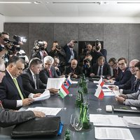 Orbán megérkezett Brüsszelbe, kezdésként máris belerúgott egyet Macronba: tudatlannak és illetlennek nevezte
