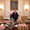 Két kép a politikai elit kulturálatlan evési szokásairól: Trump és Orbán kajál