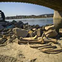 Orbánék izraeli szövetségeseiknek engednék meg, hogy zsidó áldozatokat keressenek a Dunában