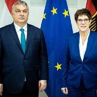 A Néppárt nyílt fasizálódását sürgeti Orbán