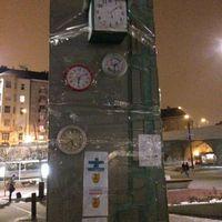 Eszkalálódott a helyzet a Széll Kálmán téren: teljesen összeragasztották órákkal az