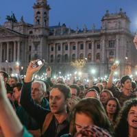 Tüntetés a Kossuth téren: felkel a diákság a rettenetes oktatási körülmények miatt