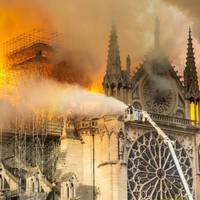 Határtalan aljasság: a Fidesz propagandablogjai már azt sulykolják, a migránsok gyújtották fel a Notre-Dame-ot