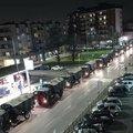 Fényképen, ahogy a hadsereg teherautókonvojjal szállítja el a holttesteket az olaszországi Bergamóból