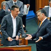Orbán azért nem rúgja ki Rogánt, mert az kínosabb lenne, mint ha megtartja