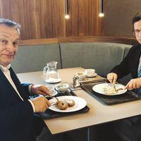 Orbán fordítva tartja a kést a Gundel  szotyimenzáján