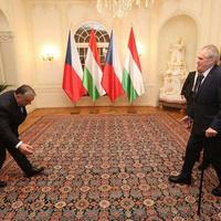Kommentvadász találós kérdés: mit csinál Orbán Viktor a képen?