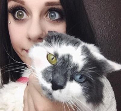 this_girl_adopted_a_cat_who_also_had_heterochromia_like_her.jpg