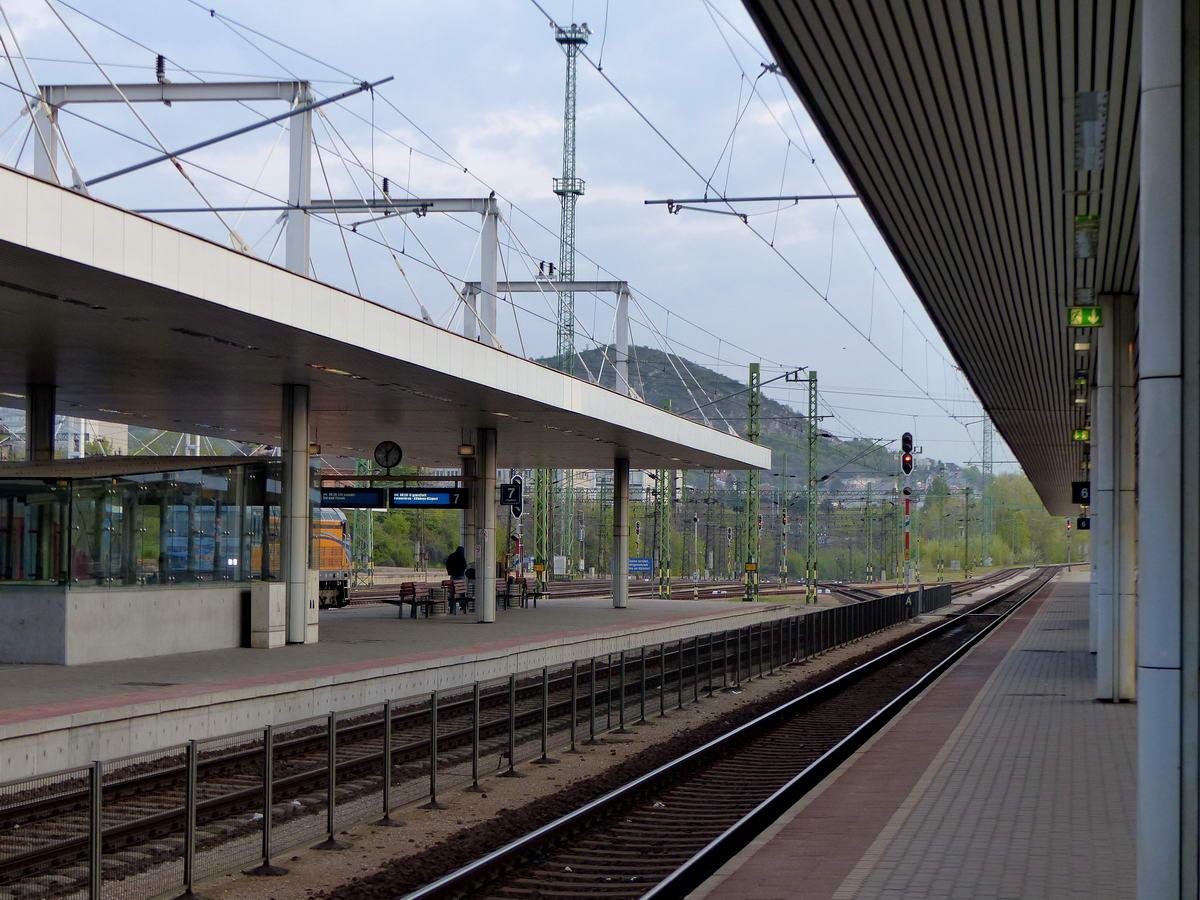 A Kelenföldi pályaudvar peronjai egy álmos vasárnap reggelen