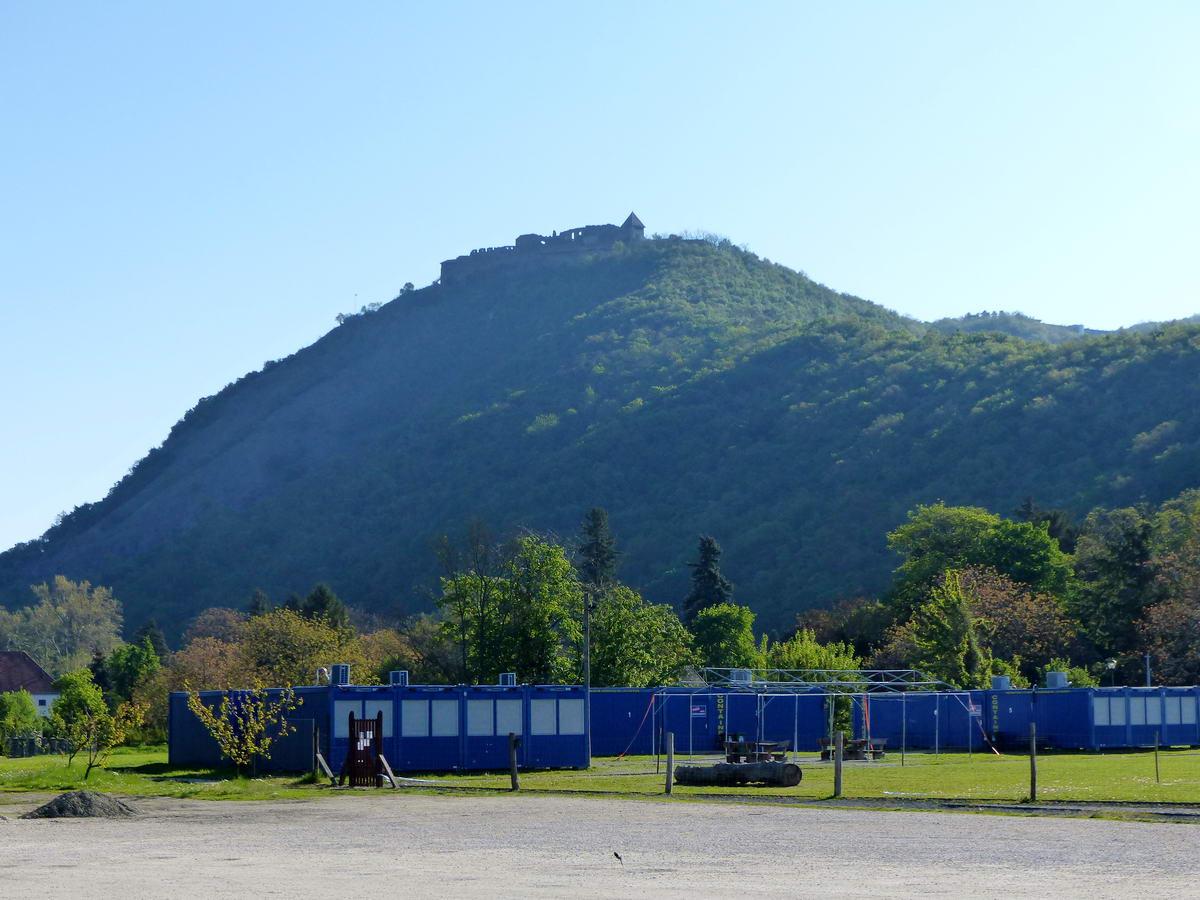 A Fellegvár a kora reggeli napfényben. A kék konténerek a helyi Áprily Lajos általános iskola ideiglenes tantermei az iskolaépület felújítása folyamán.