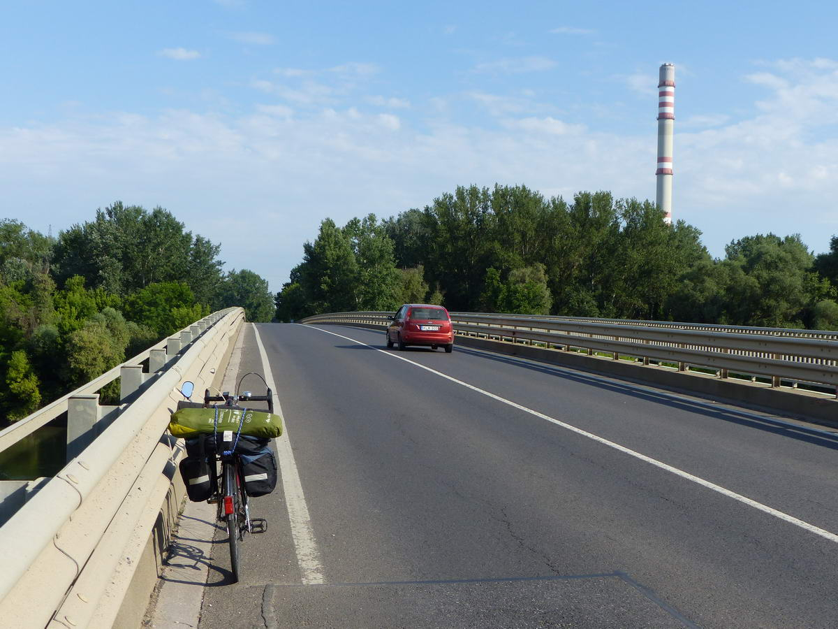 A forgalmas 35-ös út Tisza hídján áttoltam a bringát