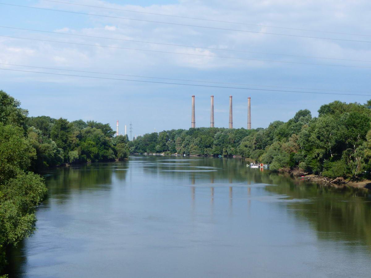 Kilátás a hídról a Tiszára. A távolban a régi erőmű kéményei láthatóak.