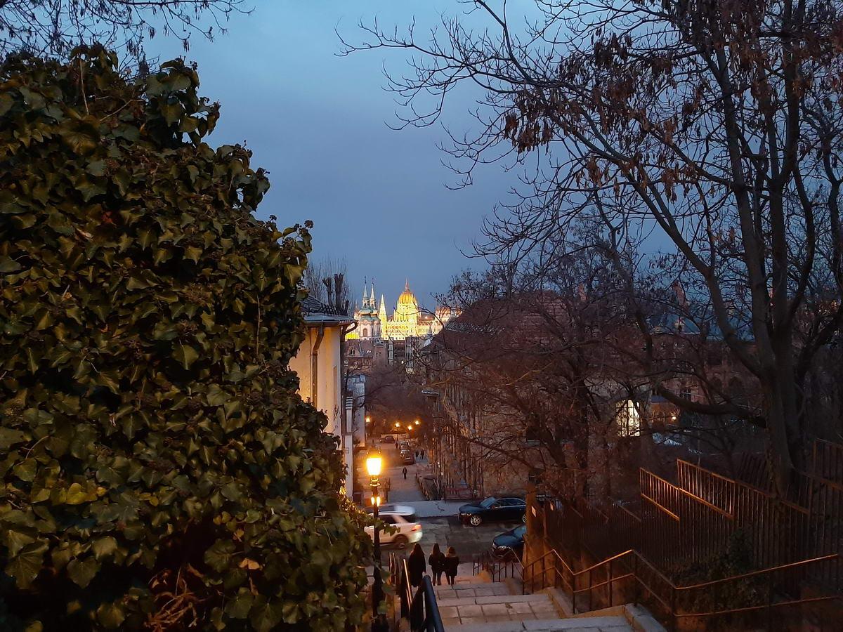 A mobil képe az Ilona lépcsőről és a távoli Parlamentről