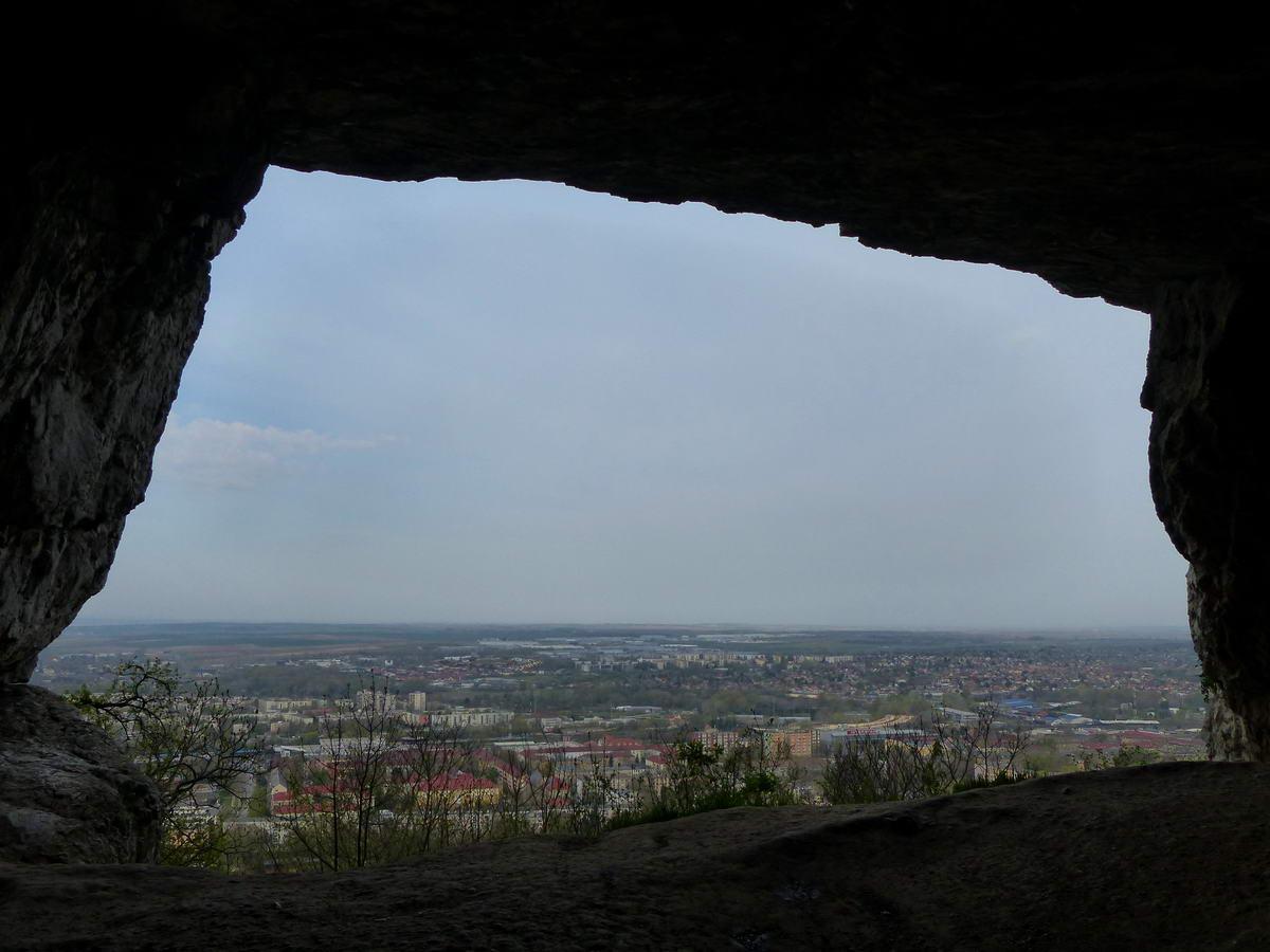 Kilátás a barlangból Tatabányára