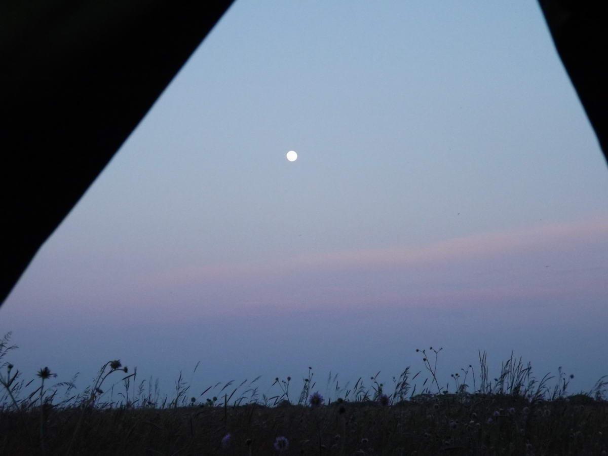 Holdtölte a sátorból nézve az Alföldi Kéktúrát járva, valahol Eperjes és Szarvas között