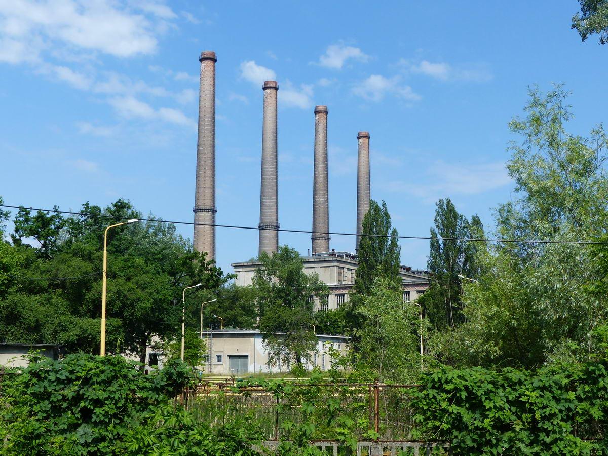 A már bezárt Tisza I. Erőmű üzemépülete és kéményei