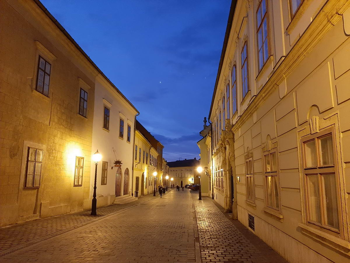 A Táncsics Mihály utca a mobillal fényképezve