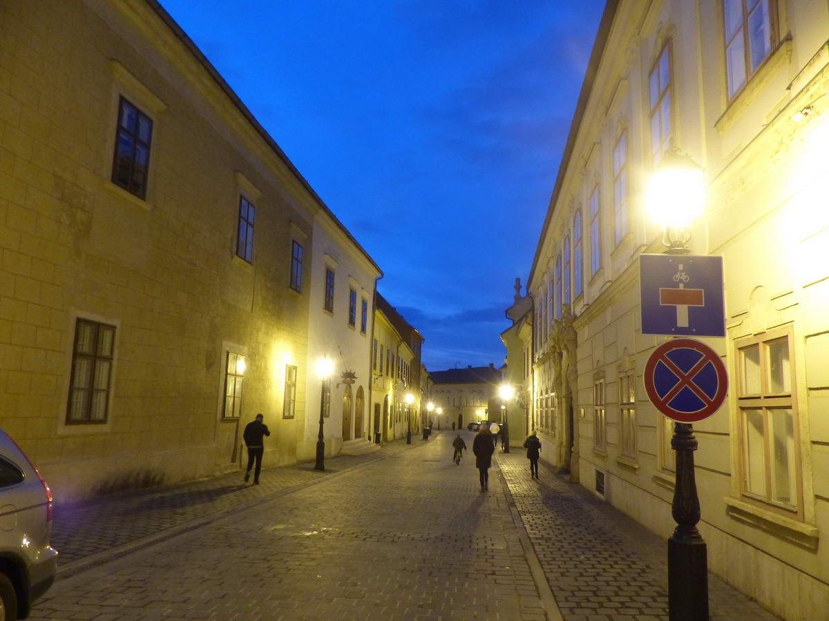 A Táncsics Mihály utca a fényképezőgéppel fotózva