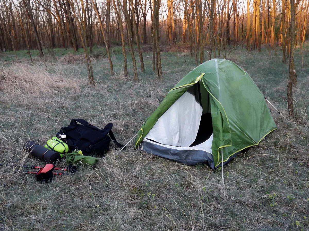 Fagyos hajnal az Alföldi Kéktúrán. Deres a sátor a Sükösd és Érsekhalma közötti sátorozóhelyen.