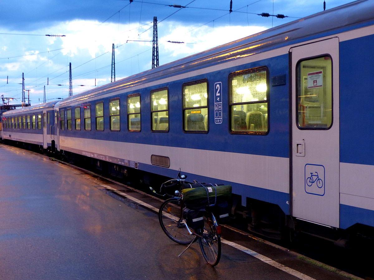 Egy kerékpáros túrám kezdetén, a vonatra való felszállás előtt. Manapság már elég sok vonaton lehet kerékpárt szállítani.