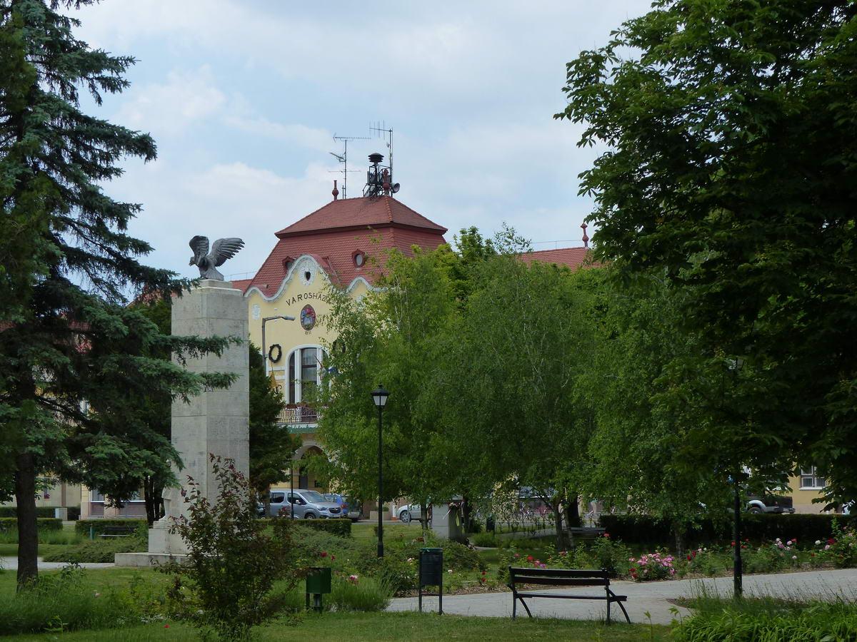 Balmazújváros, a Kossuth tér parkja háttérben a Városházával