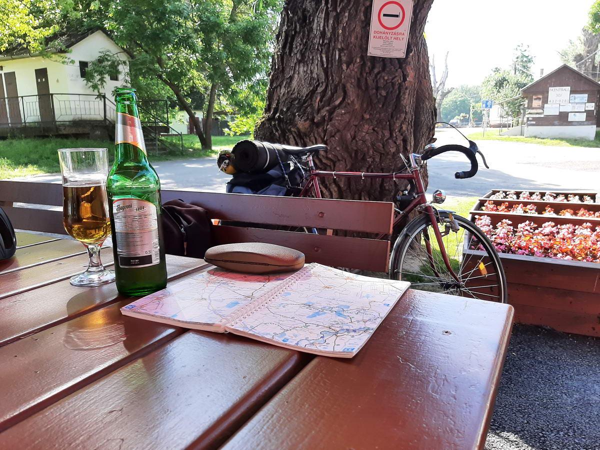 Pihenő a tiszacsegei kompnál egy alkoholmentes sör társaságában
