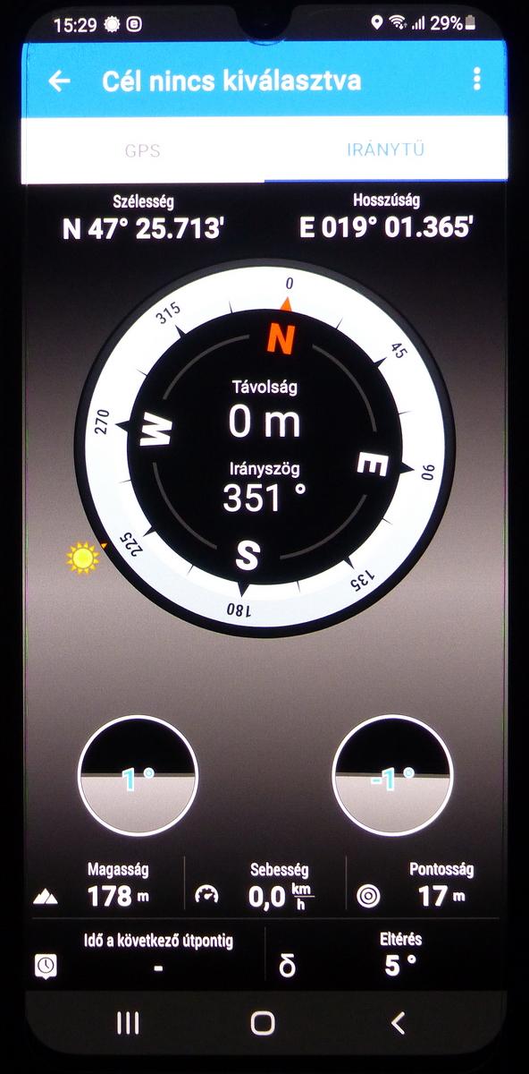 Az iránytű navigációhoz is használható, de most éppen nincs cél beállítva. Érdemes a dőlést jelző két alsó karikára is figyelni, mert csak a telefont vízszintesen tartva mutatja az irányokat pontosan.