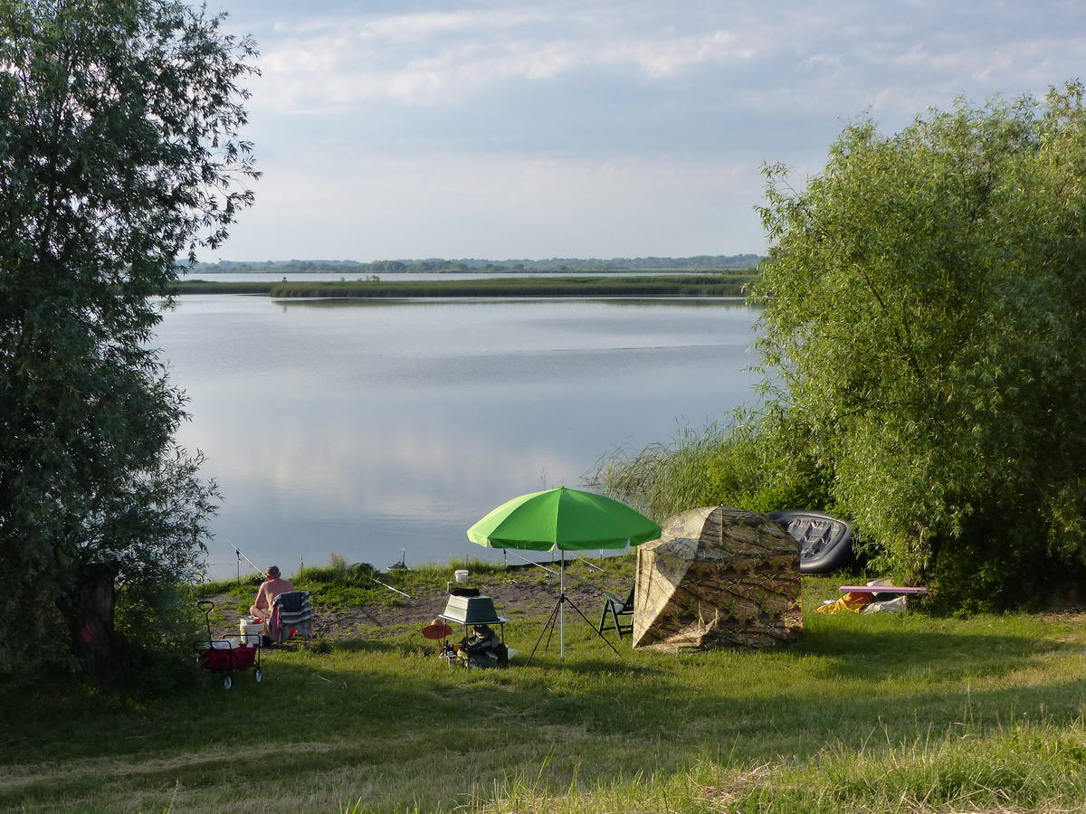Letekintés a gátról egy horgászhelyre és a tóra