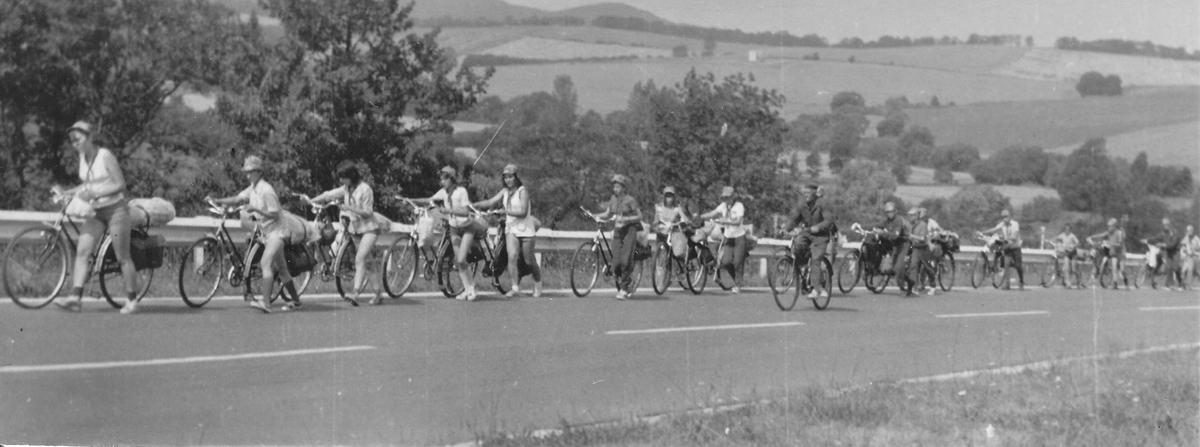 Az alaposan megpakolt, váltó nélküli kerékpárokat sokszor tolni kellett dombra felfelé
