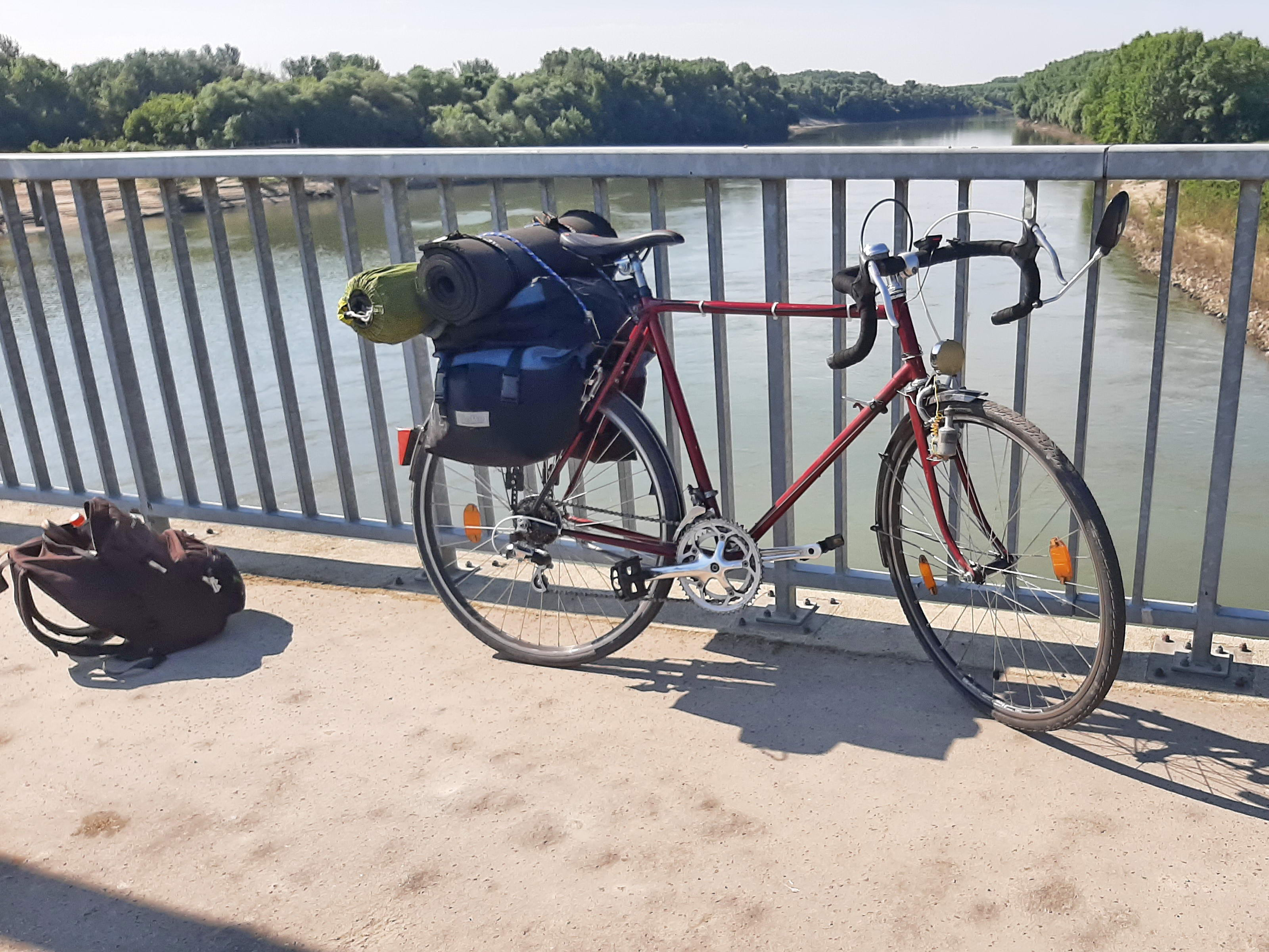 Letámasztottam a kerékpárt a Kiskörei Vízerőmű tetején átvezető út korlátjához