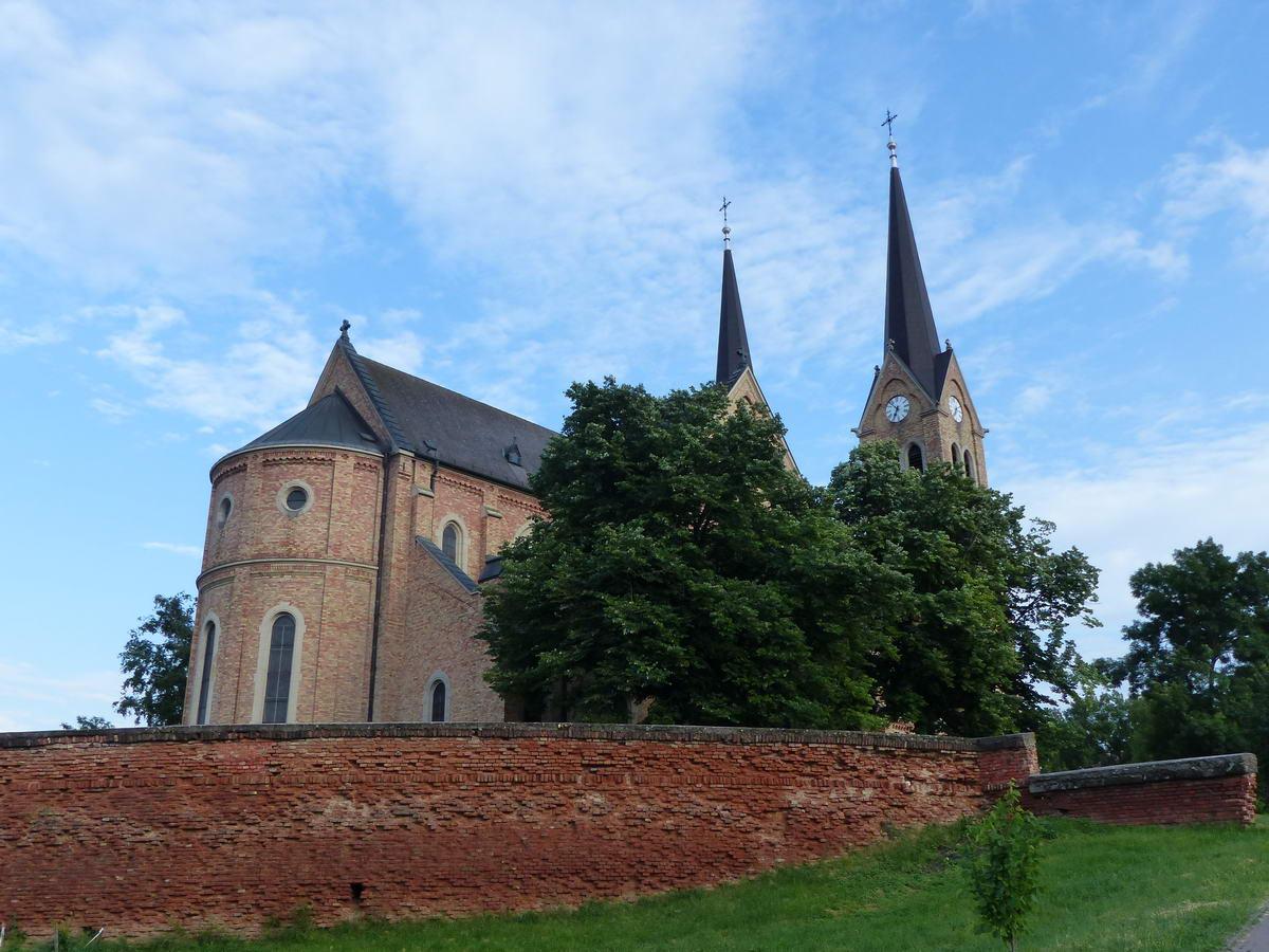 A törökszentmiklósi katolikus templom hátulról...