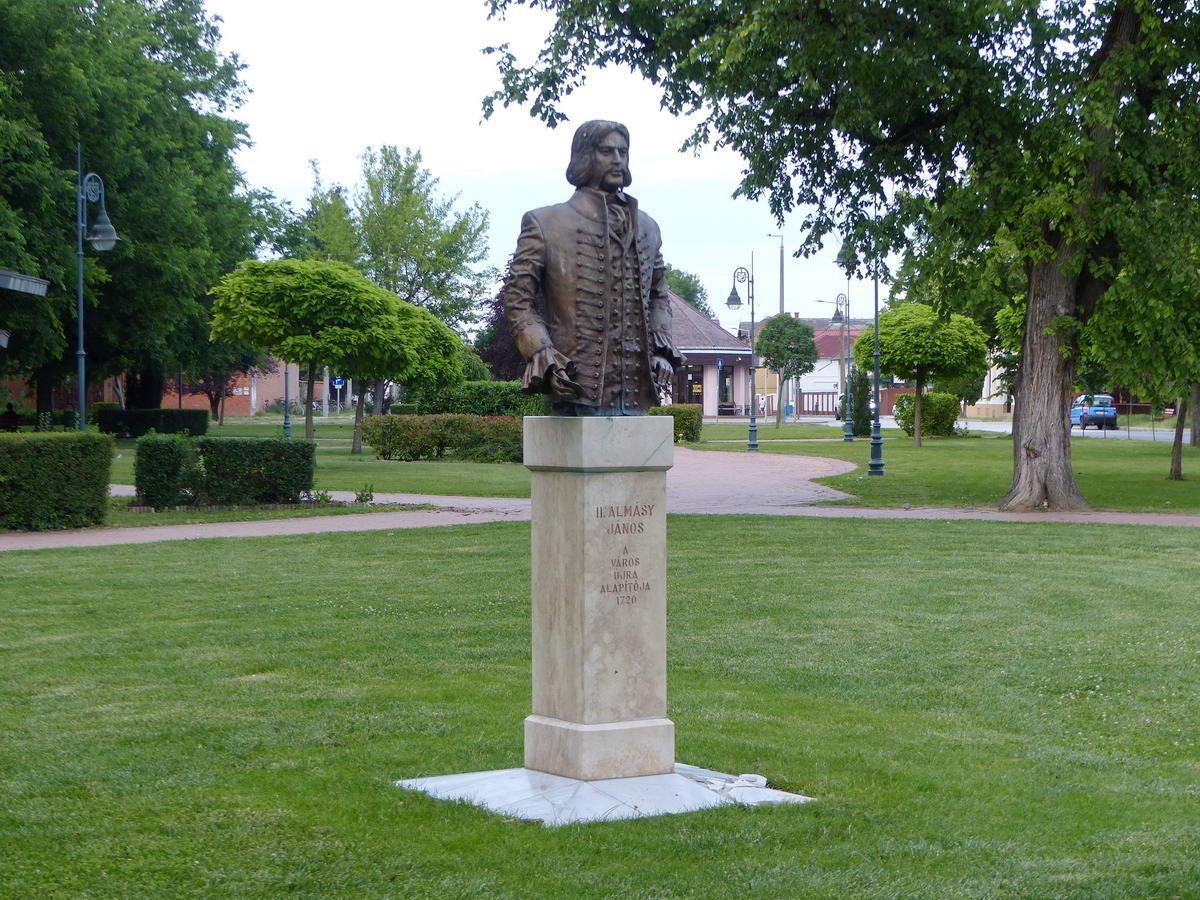 A török kor után a várost újraalapító Almásy János szobra a Városi Parkban