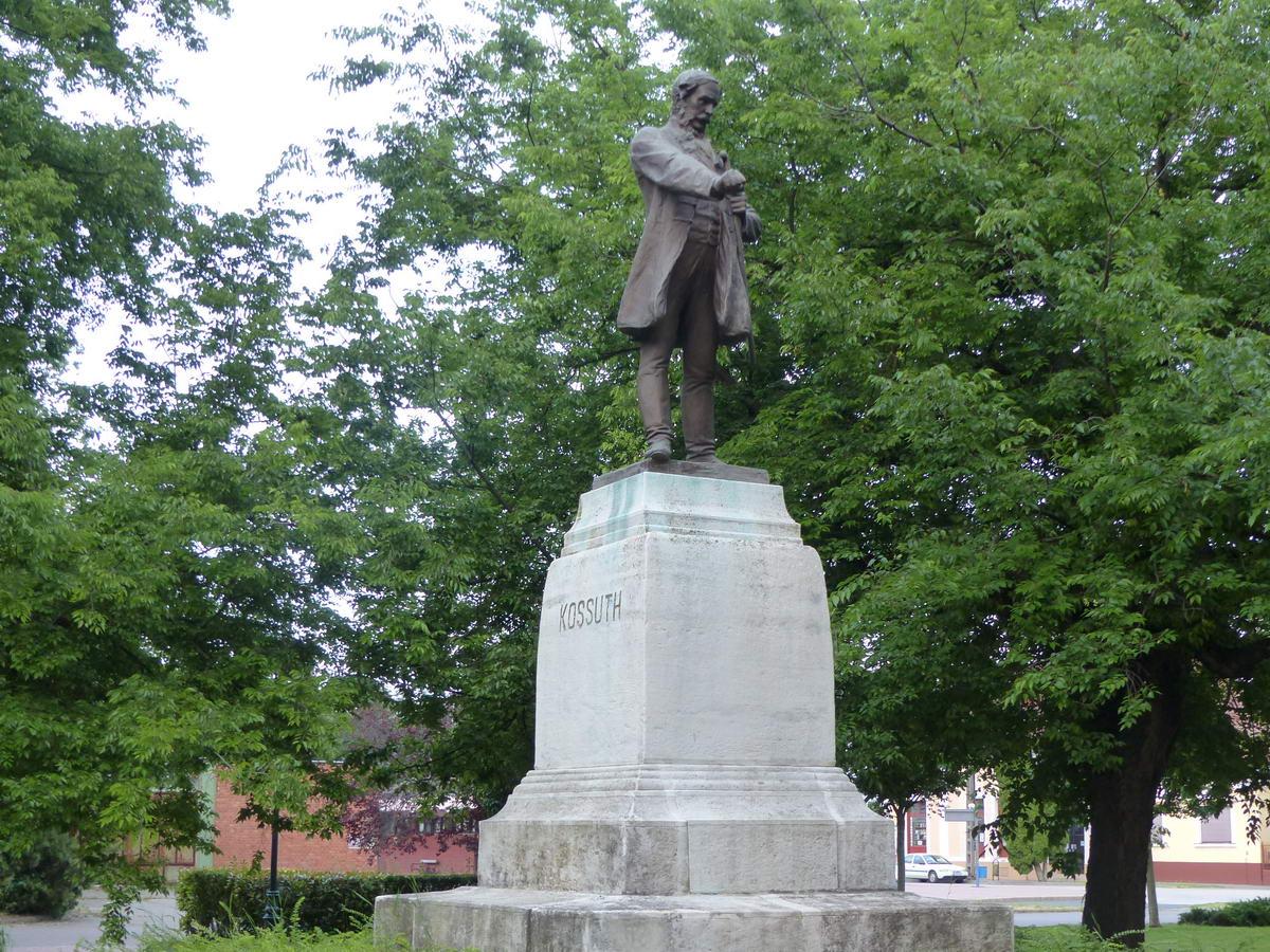 A Kossuth szobor, melyet elforgattak a talapzatán