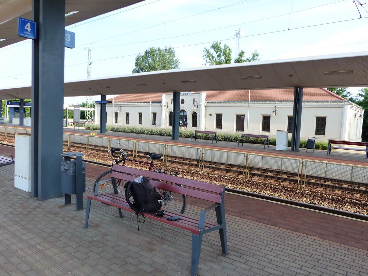 Reggeli készülődés Fegyvernek-Örményes vasútállomáson. A padon a turista GPS-em és a mobilom próbálja éppen pontosan meghatározni a pozíciómat.