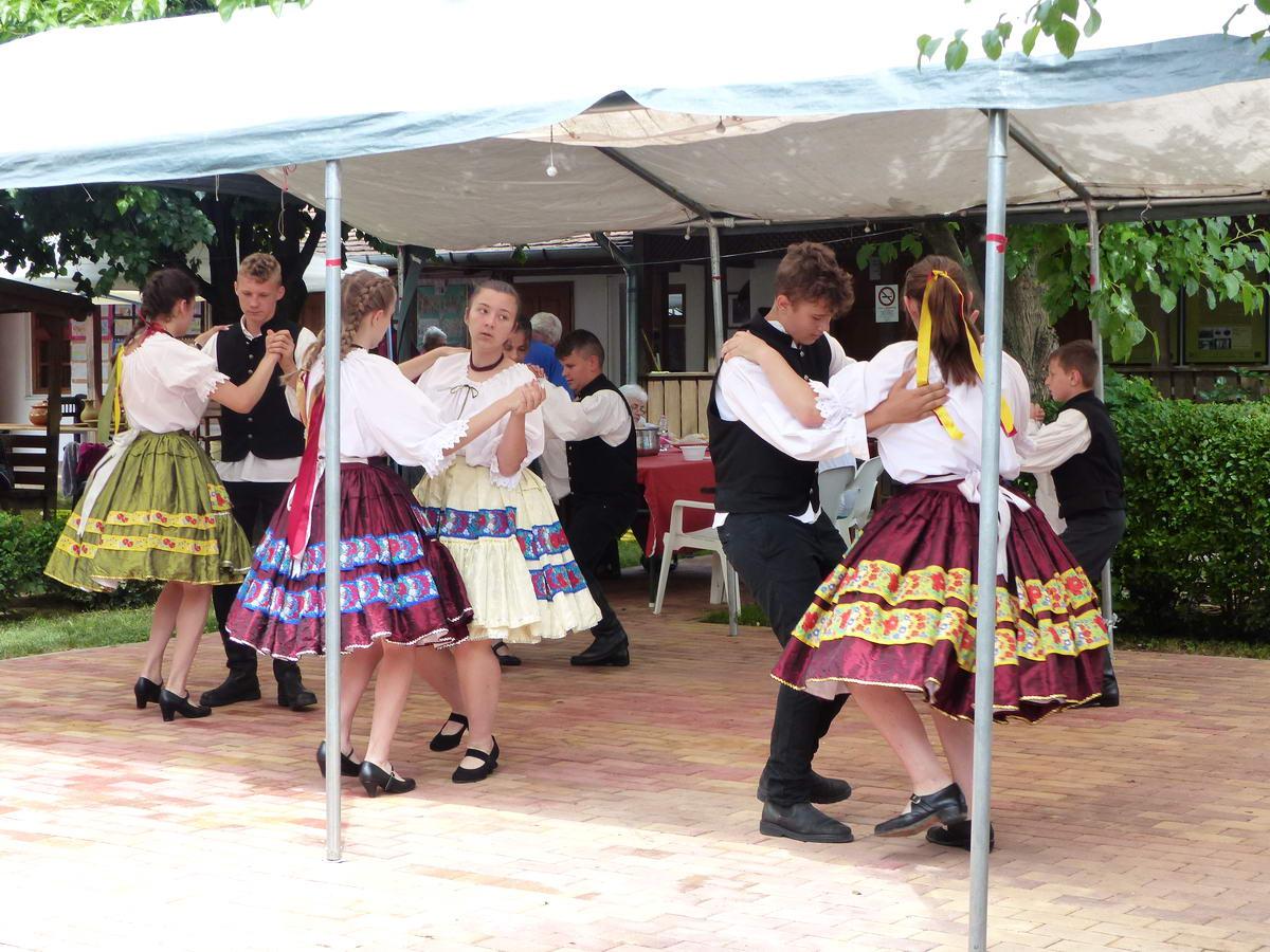 Falunap volt éppen Tiszasülyön. A település apraja-nagyja a faluháznál volt, a fiatalok pedig még táncra is perdültek.