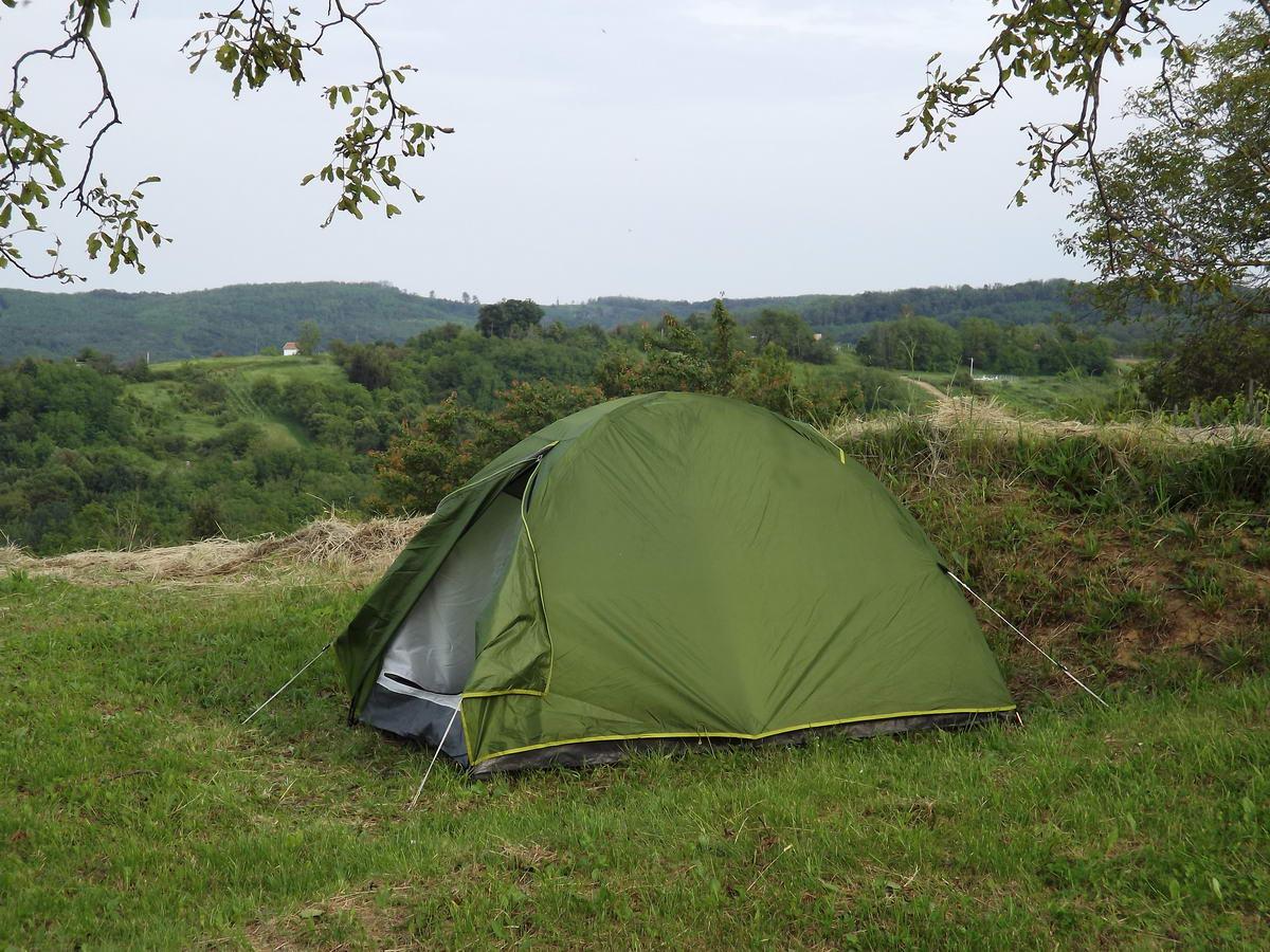 Panorámás sátorhely Rádiháza felett a dombtetőn