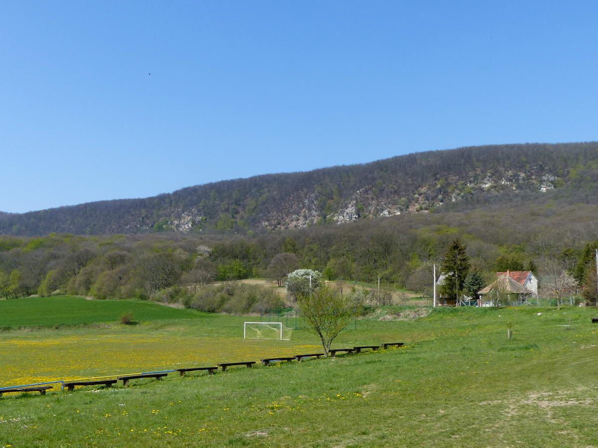 Visszapillantás az Öreg-Kovács-hegyre a falu határából