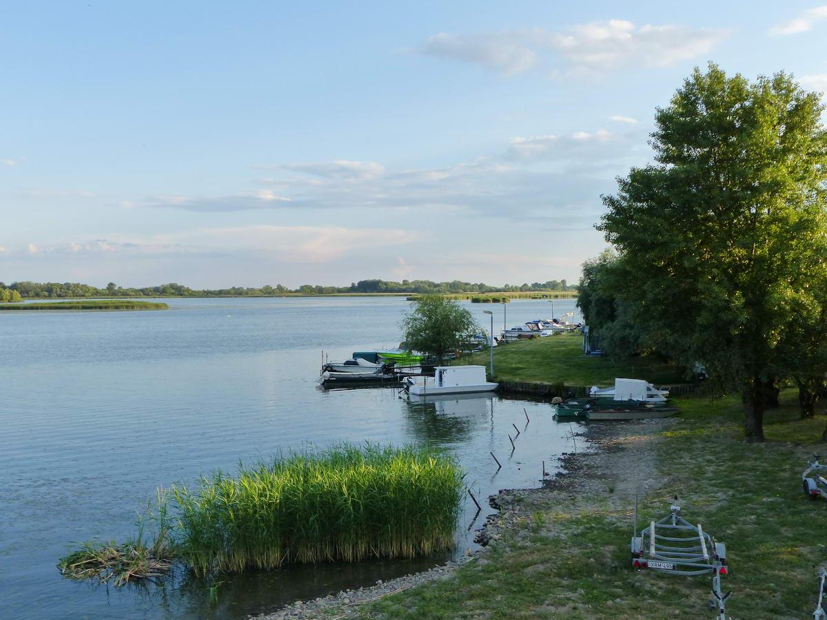 Kilátás a Tisza-tóra a hídról