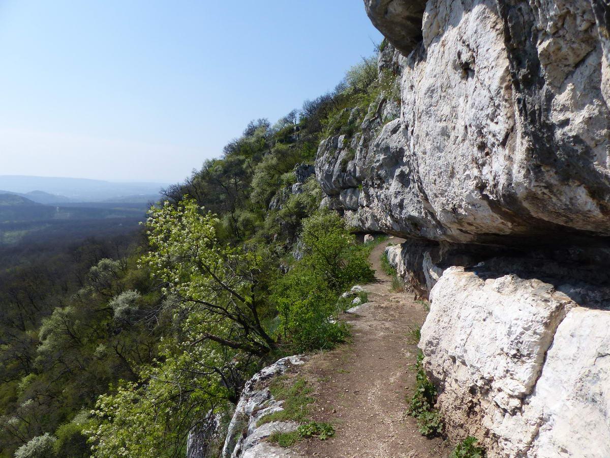 A Pes-kő-barlanghoz vezető keskeny sziklaperem
