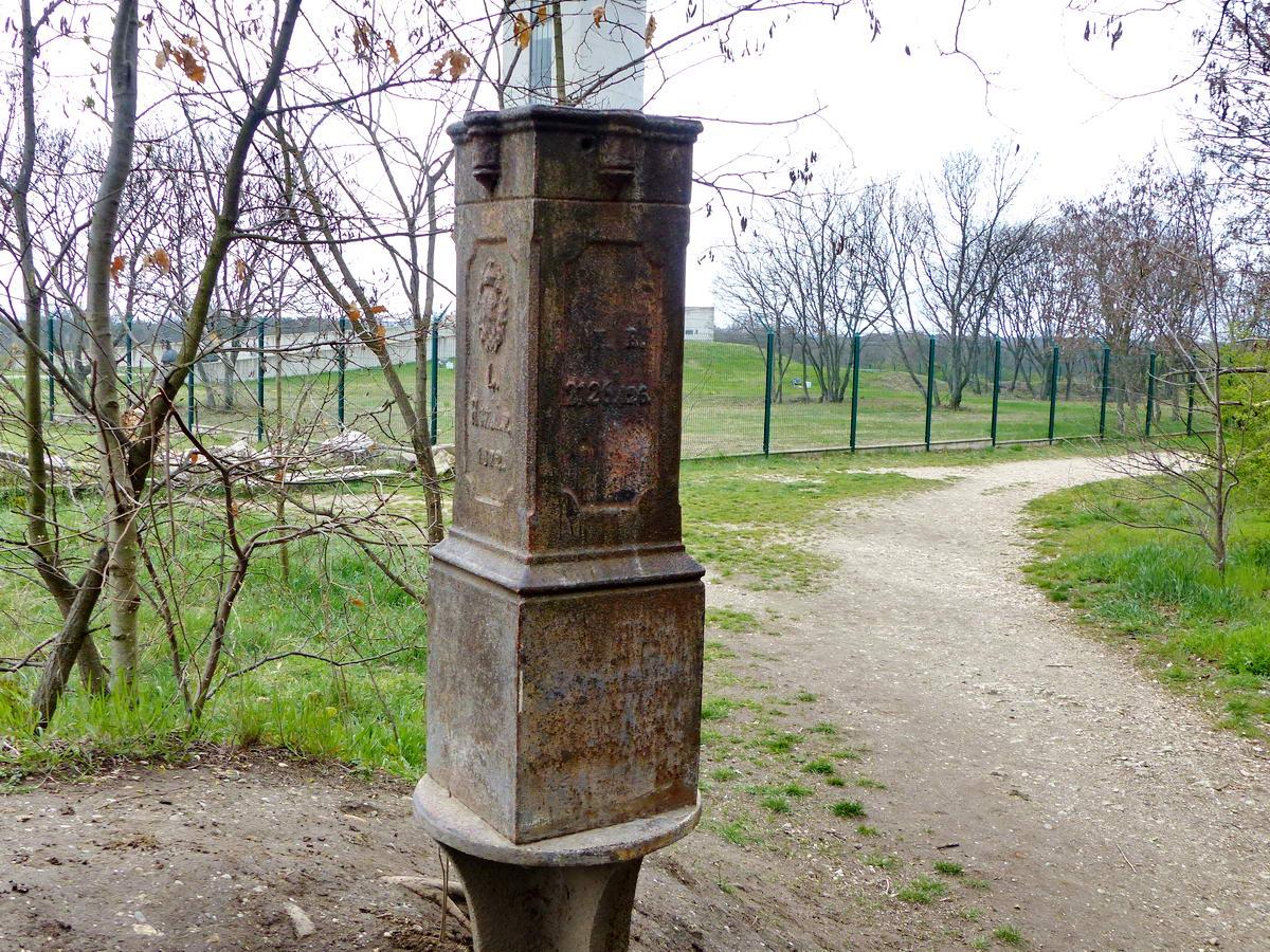 Ez szintén Budapest egyik régi határjelzője. Mögötte most is feltűnik a bekerített területen álló víztorony betonlába.