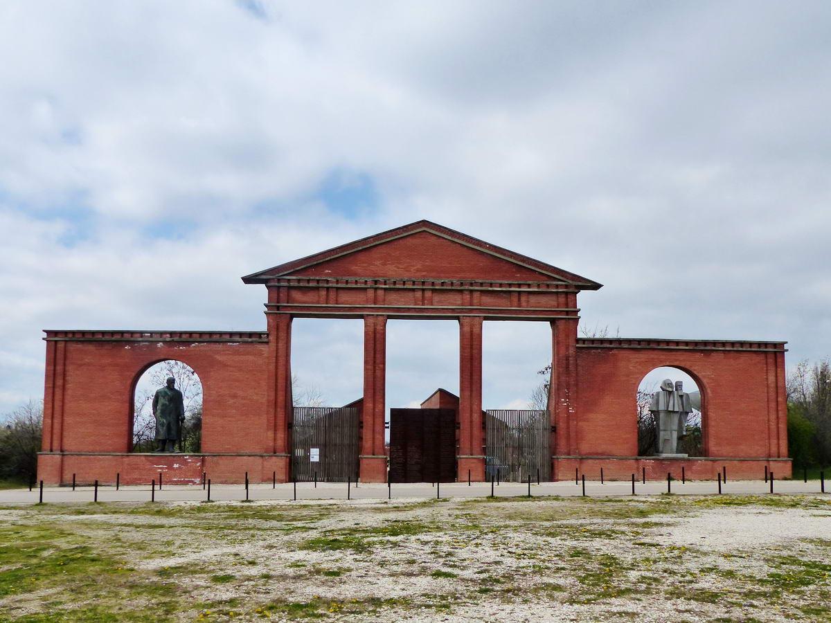 A Szoborpark (Memento Park) bejárata. A látogatókat balról Vlagyimir Iljics Lenin, jobbról pedig Karl Marx és Friedrich Engels fogadja.