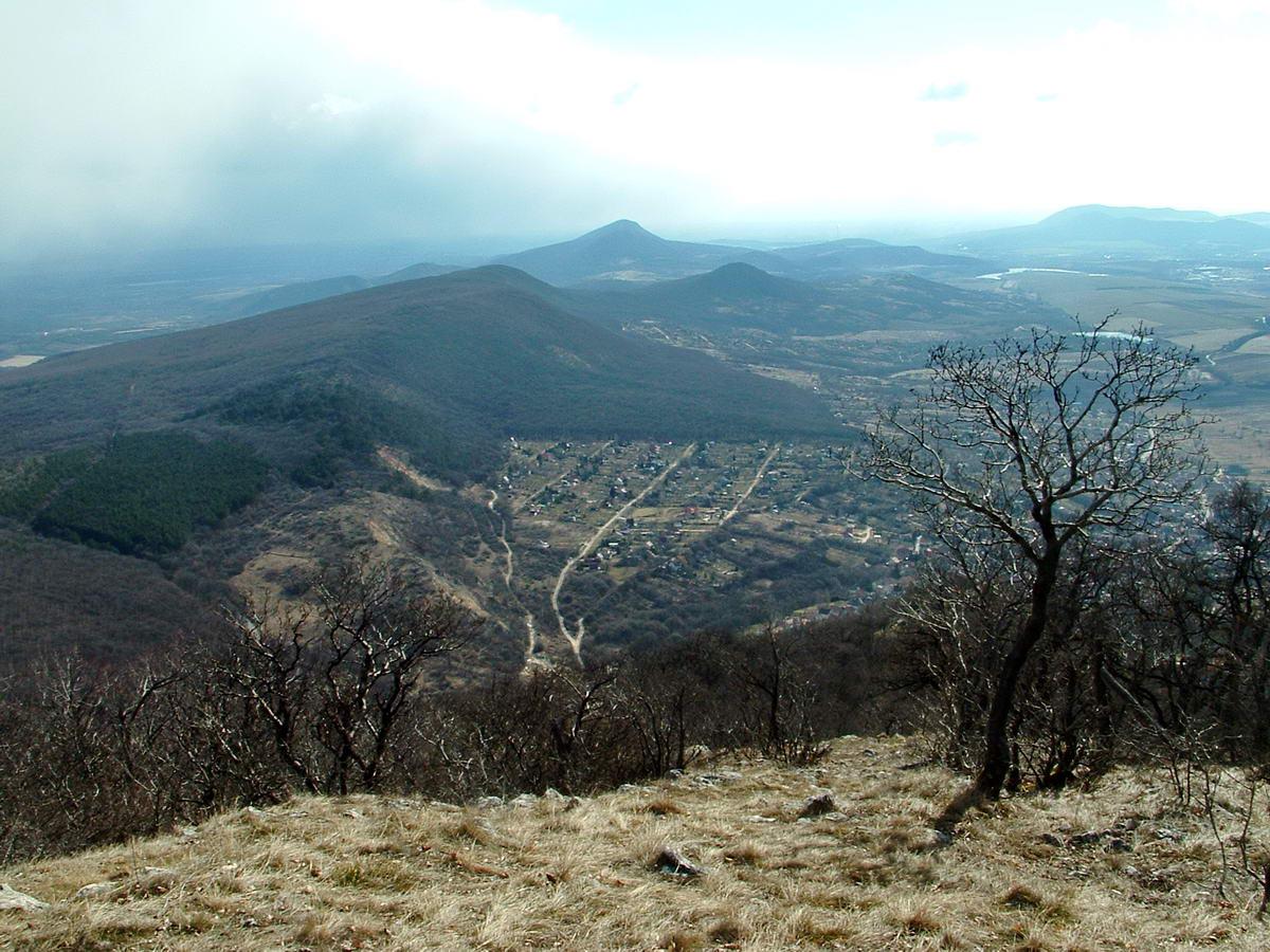 Kilátás a Pilisszántó feletti domboldalból délkelet felé, végig a Pilis-gerincen. A háttérben középen álló Nagy-Kevélyt útba ejti még később a Pilisi piros jelzés! Ez a kép kicsit magasabbról készült egy korábbi túrámon, mint a Boldogasszony kápolna.