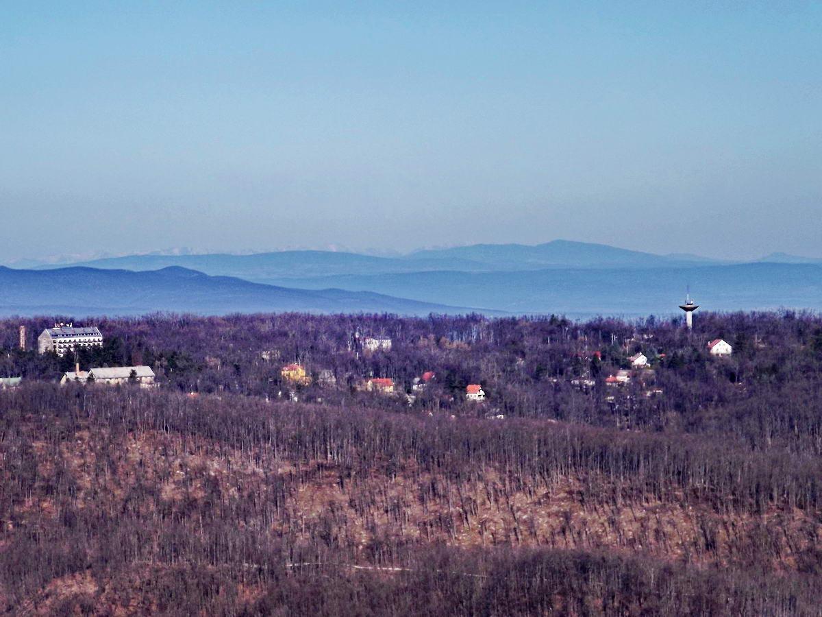 Most nem volt ilyen szép idő. Ez a kép öt éve készült és a Dobogókő mögötti távoli gerincek felett halványan látszik a Magas-Tátra hegyvonulata is.