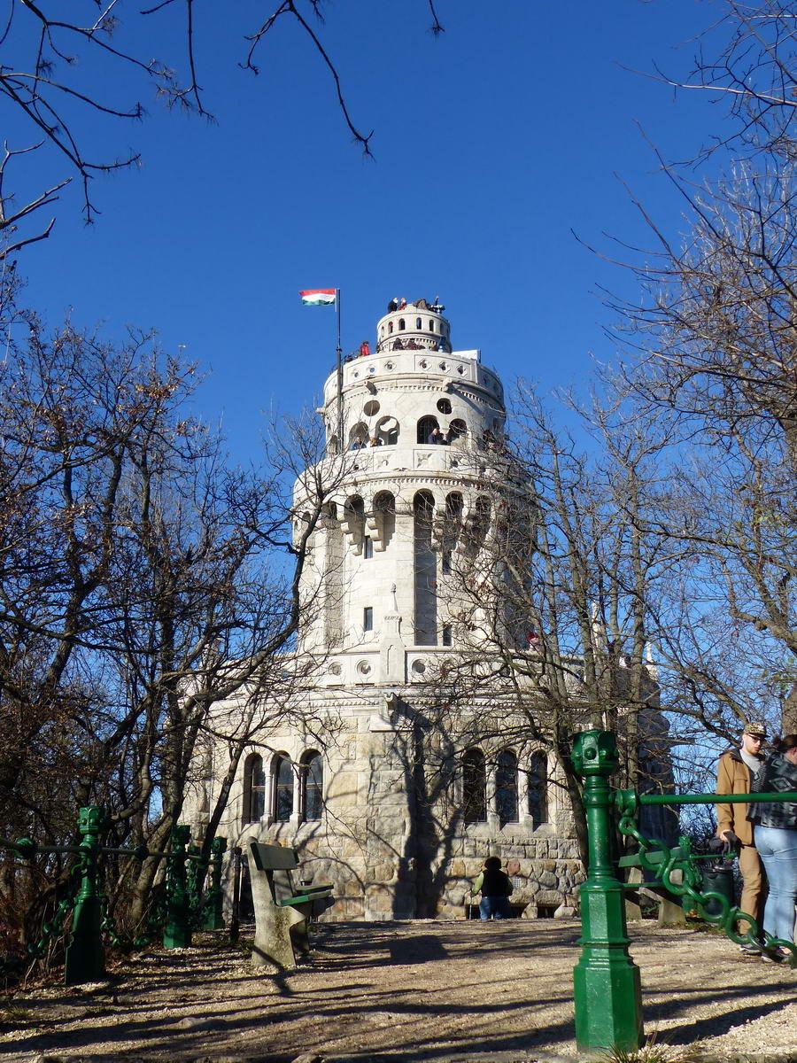 Az Erzsébet kilátó tornya a János-hegy 527 méter magas csúcsán áll