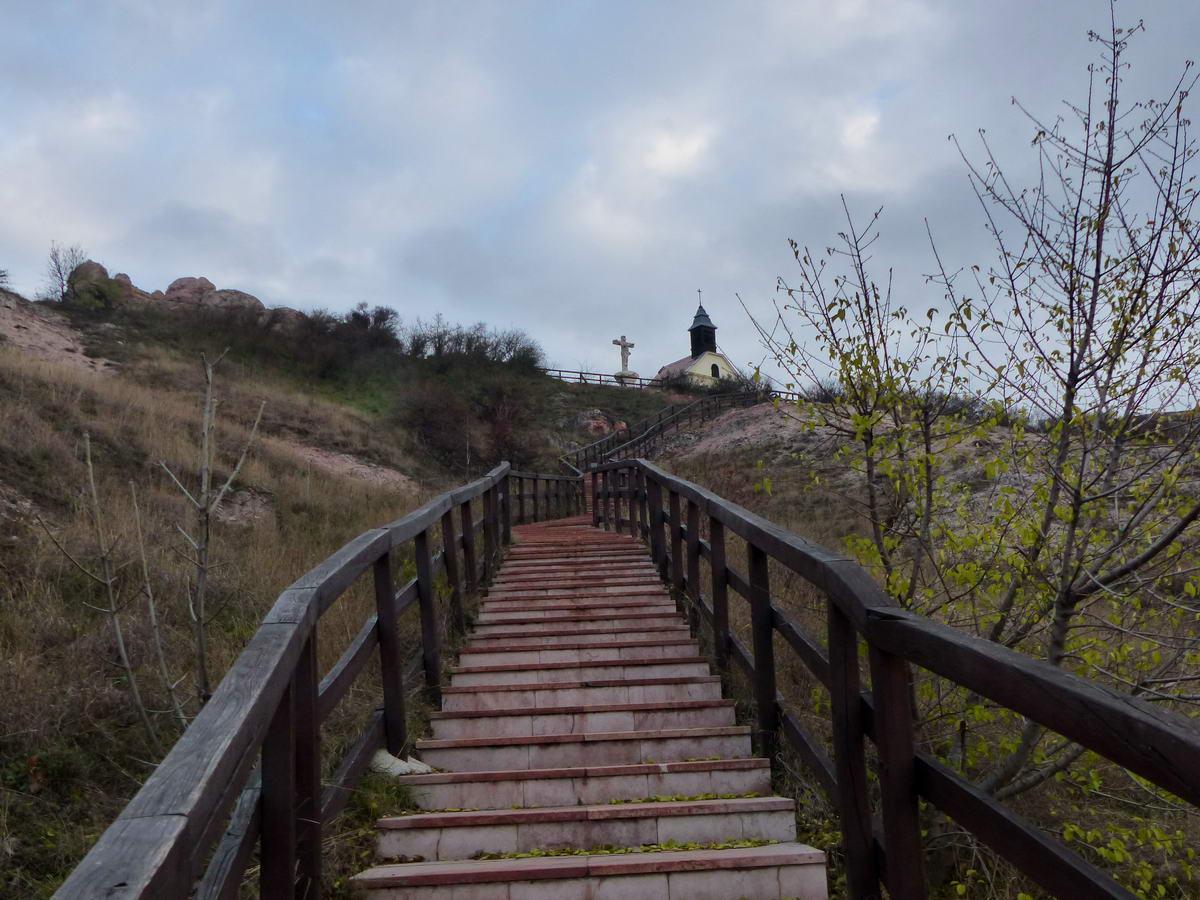 Ez pedig már egy visszatekintés a lépcsősor aljáról a dombtetőre