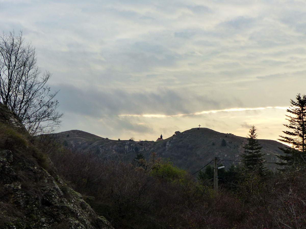 Visszatekintés a Frank-hegy oldalából a Kő-hegyre és a kápolnára