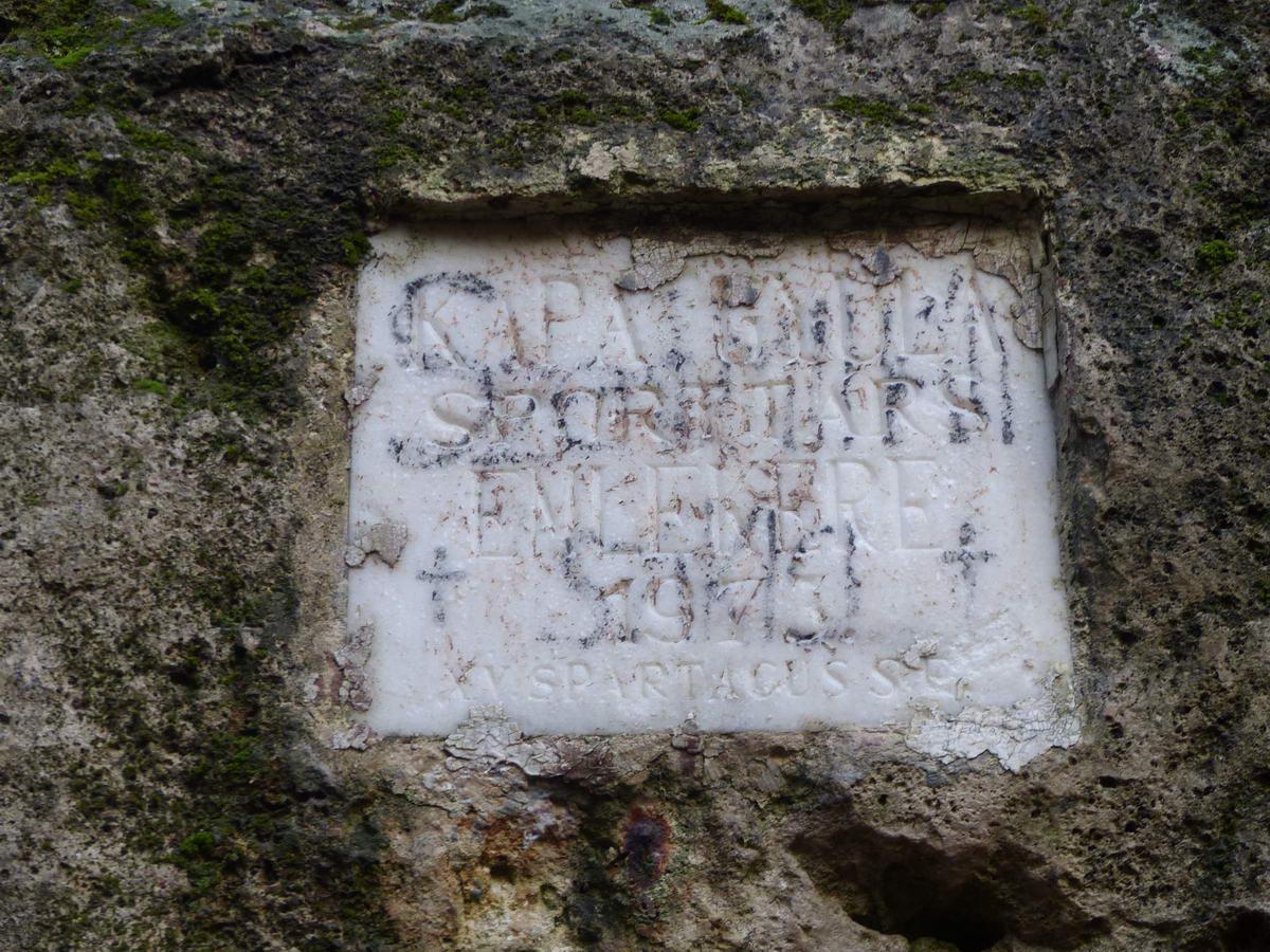 Emléktábla a Végvári-szikla oldalában
